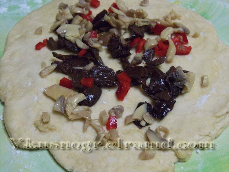Хлеб с оливками, перцем и грибами