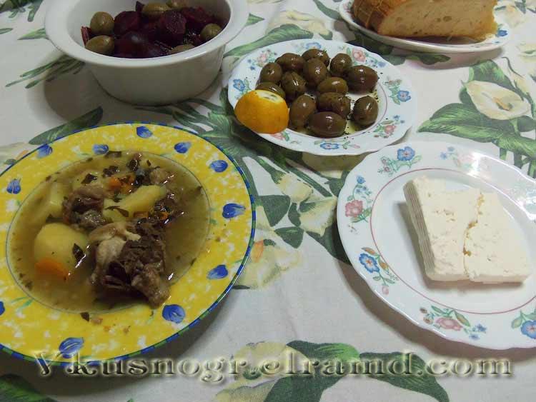 Суп из телячьих хвостов с фетой и салатом