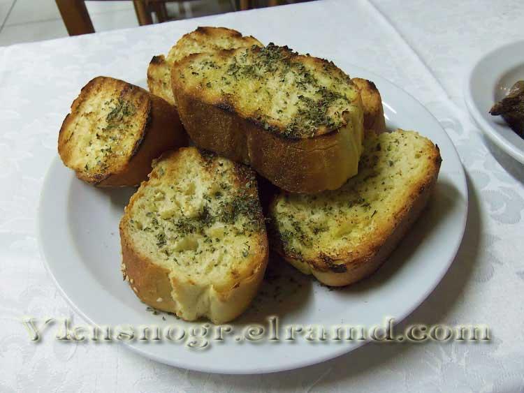 Зажаренный на гриле хлеб