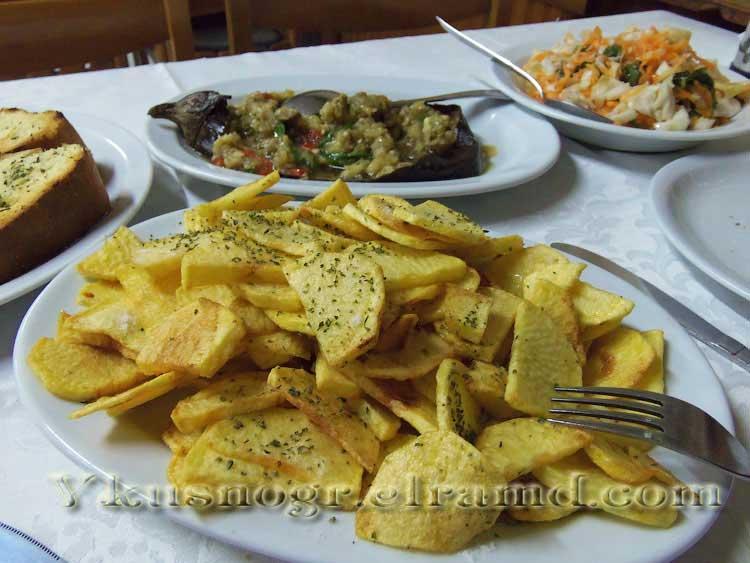 Жареная картошка в греческой таверне