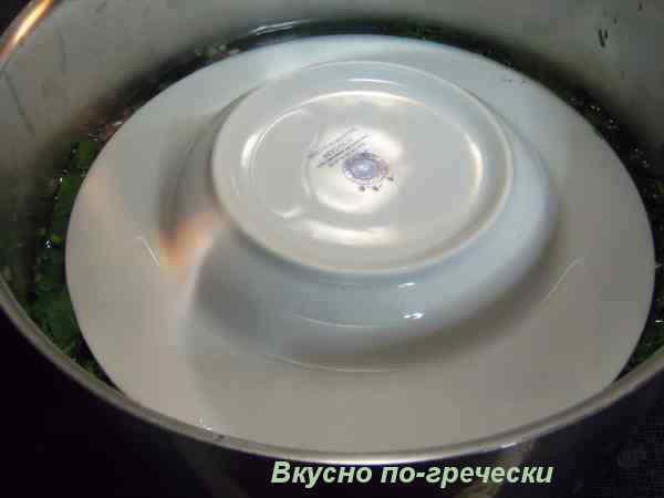 Долма со шпинатом - накрыть тарелкой